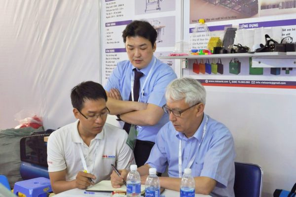 Vietsoniccùng đại diện củaMescđang thảo luận về giải pháp công nghệ cho khách hàng.