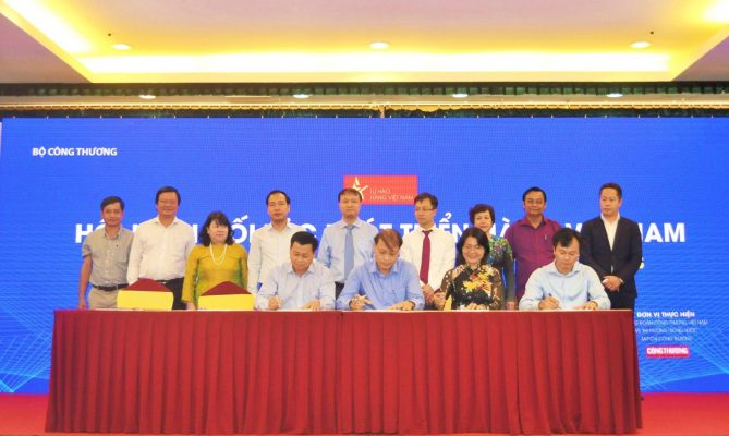 Đại diệnVIETSONIC,Ông Nguyễn Thanh Hải(ngồi đầu tiên từ bên phải qua)ký cam kết phát triển hàng Việt Nam.