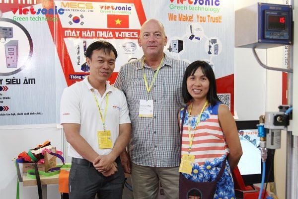 Khách người nước ngoài tham quan gian hàng Vietsonic