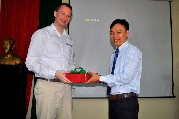 Ông Bùi Thế Tài – Giám đốc kinh doanh VIETSONIC, tặng quà lưu niệm cho Ông Andreas Grund