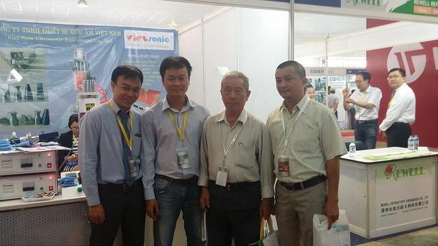 PGS – TS:ThầyHoàng Trọng Bá (ĐH SPKT TP.HCM) và anh Sở Hùng (GĐ Công ty máy đóng gói SUHU)